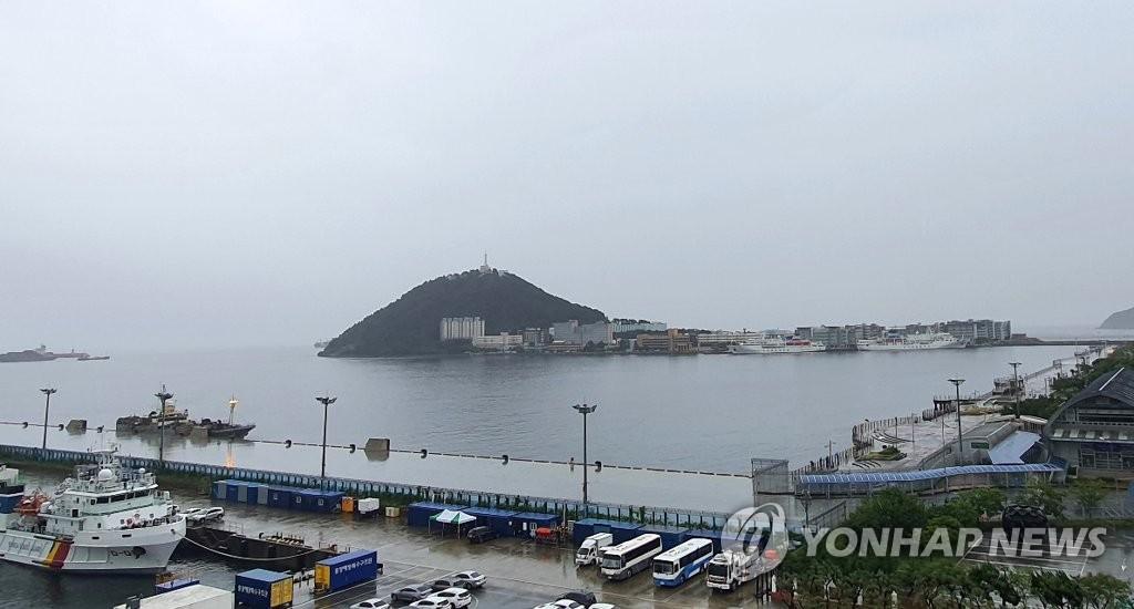 资料图片:7月30日,出现1例确诊病例的俄籍船舶停靠在釜山港。 韩联社