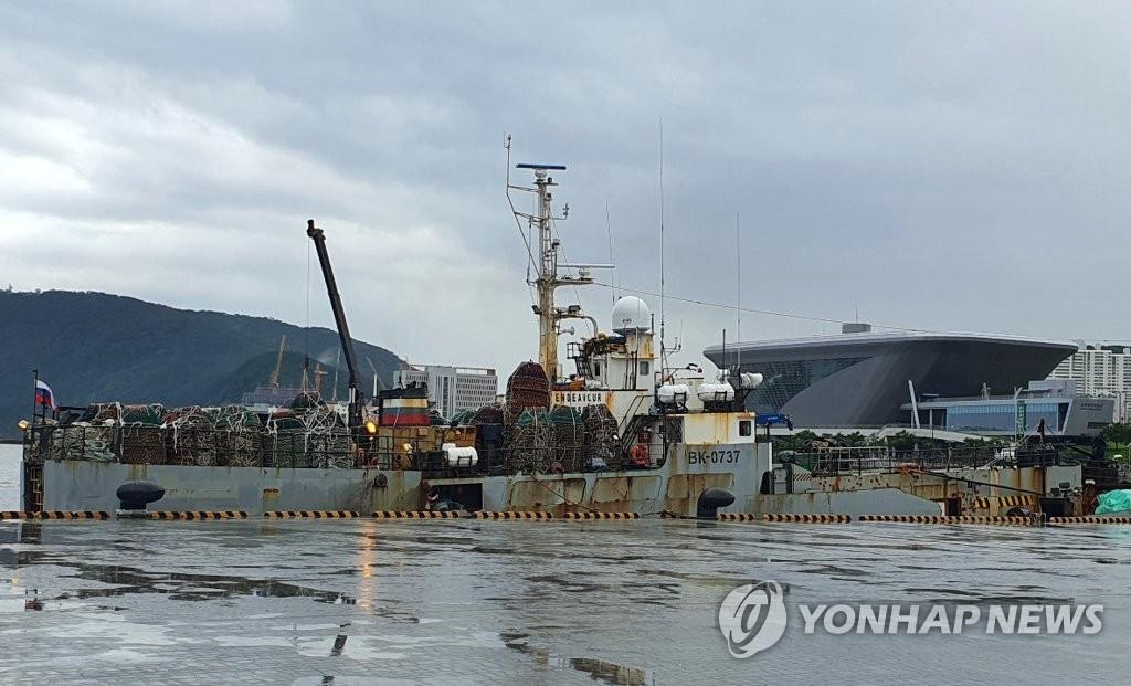 资料图片:7月30日,发生船员集体感染的俄罗斯籍船舶停靠在釜山港。 韩联社