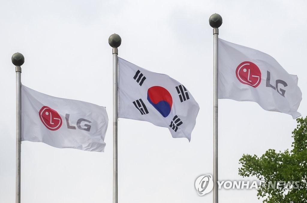 资料图片:韩国国旗(中)与LG电子旗帜 韩联社