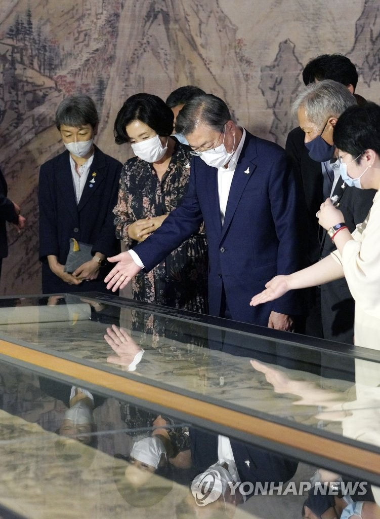 7月30日,韩国总统文在寅(左三)携夫人金正淑女士(左二)在国立中央博物馆观看大型国宝展览。这是文在寅在新冠疫情爆发后首次出席文化活动。 韩联社