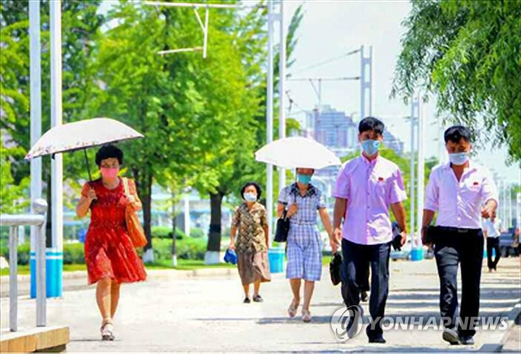 图为平壤居民戴口罩出行。 韩联社/《劳动新闻》官网截图(图片仅限韩国国内使用,严禁转载复制)