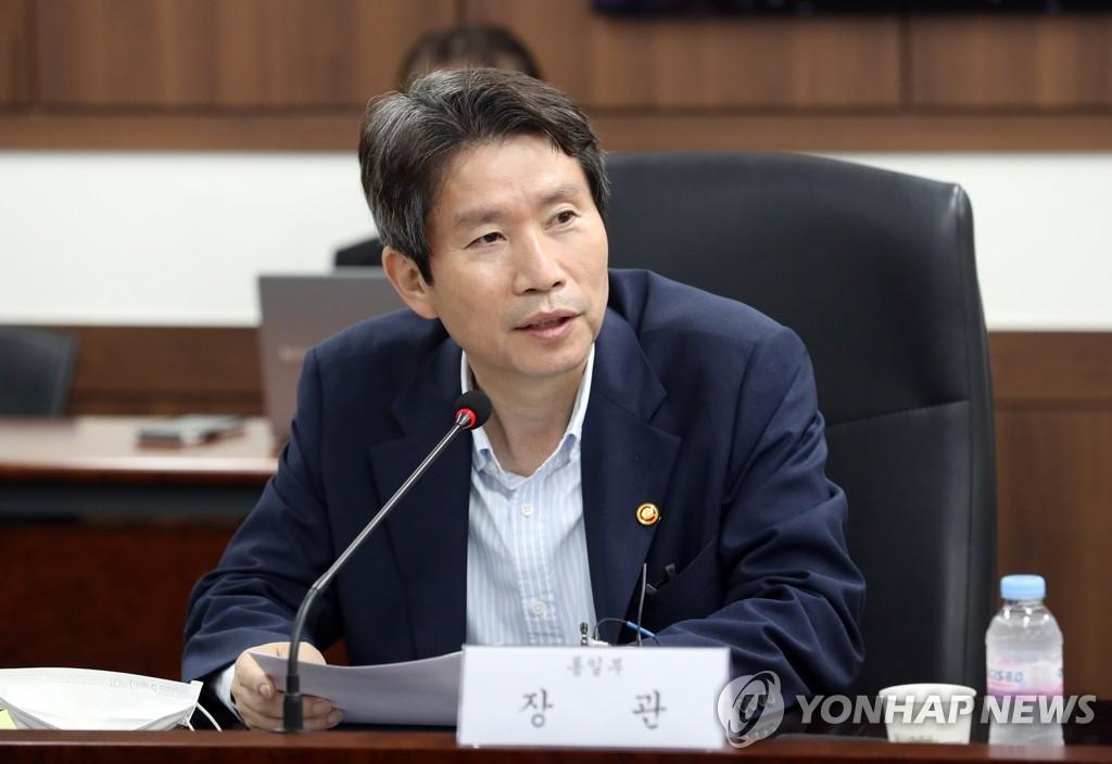 """7月31日,在中央政府首尔办公楼,统一部长官李仁荣会见""""对朝合作民间团体协议会""""领导班子。 韩联社"""