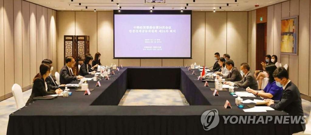 资料图片:8月1日,在中国青岛,韩中举行第24次经贸联委会会议。 韩联社/韩国外交部供图(图片严禁转载复制)