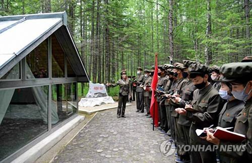 朝鲜居民参观革命遗址