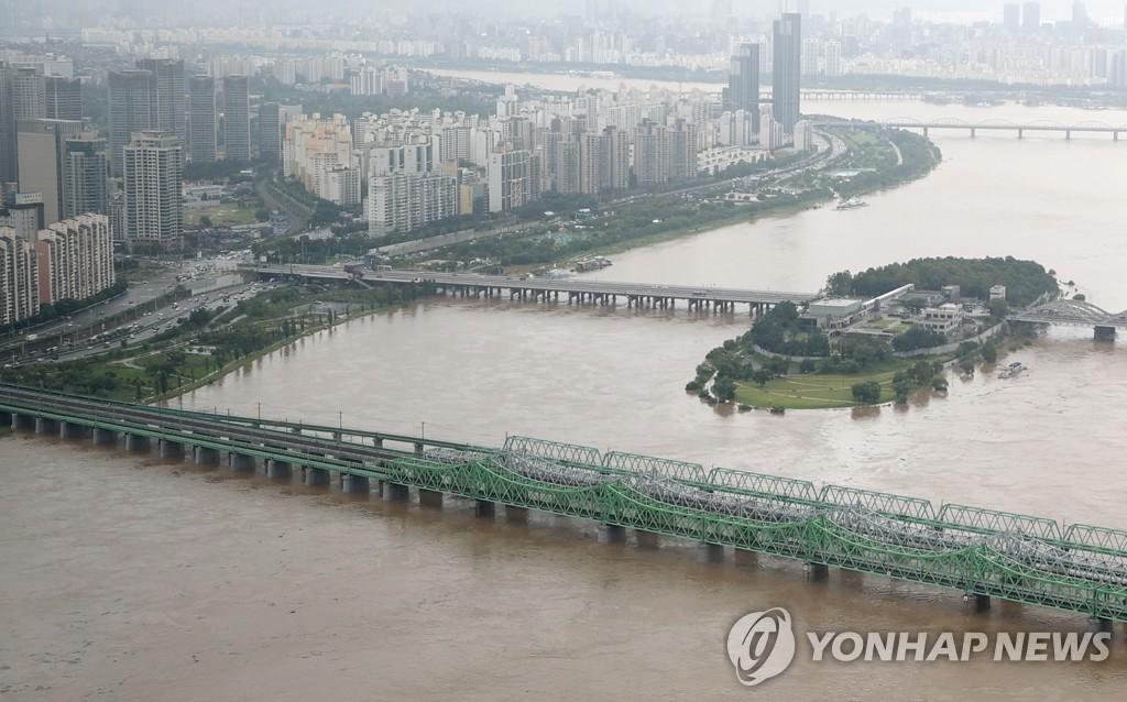 暴雨后的汉江