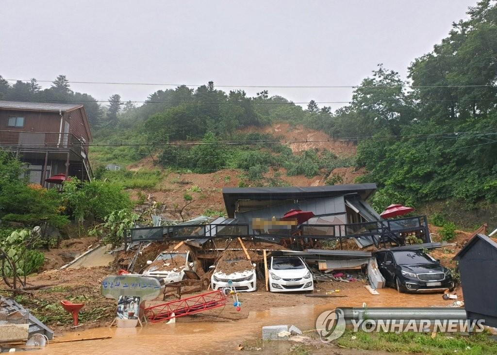资料图片:8月3日,位于京畿道加平郡的一家民宿被泥石流冲毁。 韩联社