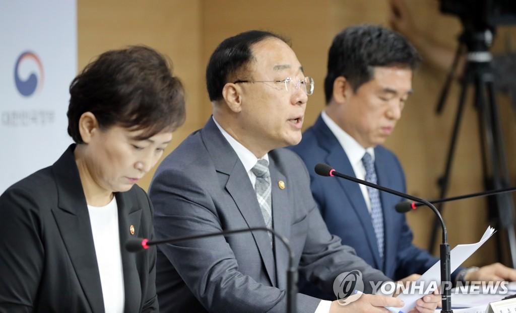8月4日,韩国经济副总理洪楠基(左二)召开记者会发布楼市调控新政。 韩联社