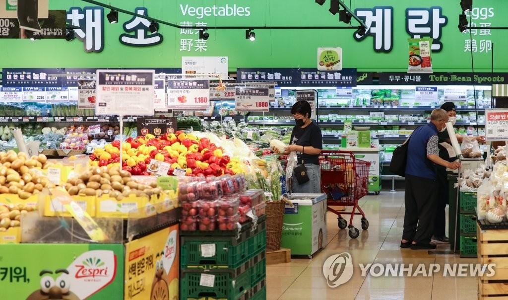 资料图片:在首尔市的一家大型超市,市民们正在购物。 韩联社