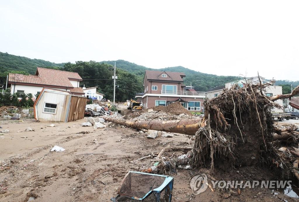资料图片:8月2日,京畿道安城市的某村子遭泥石流。 韩联社
