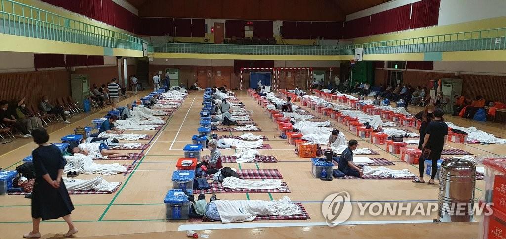 资料图片:8月6日凌晨,京畿道坡州市市民在避灾安置点休息。 韩联社