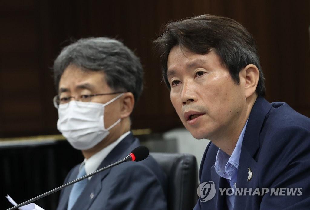 8月6日,统一部长官李仁荣(右)主持召开南北交流合作推进协议会第316次会议。 韩联社
