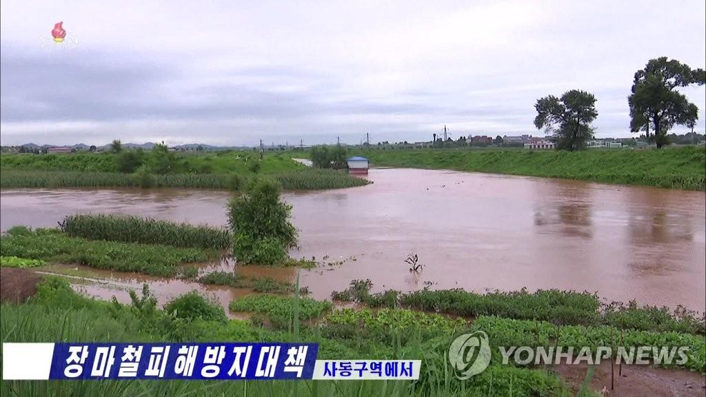 资料图片:据朝鲜中央电视台8月6日报道,朝鲜首都平壤市的农田被水淹没。 韩联社/朝鲜央视(图片仅限韩国国内使用,严禁转载复制)