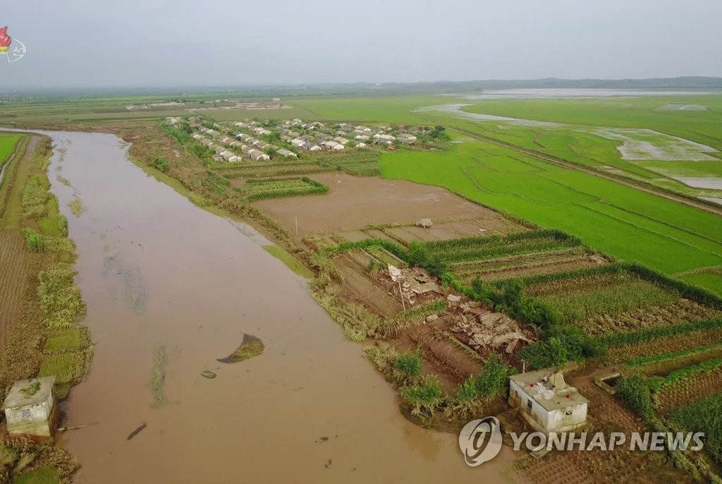 资料图片:据朝鲜中央电视台2020年8月7日报道,黄海北道一带的农田遭受水灾侵袭。 韩联社/朝鲜中央电视台画面截图(图片仅限韩国国内使用,严禁转载复制)