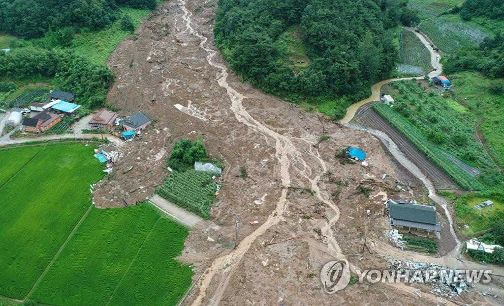 资料图片:8月8日下午,全罗南道谷城郡的一村庄发生山体滑坡,房屋被泥石流掩埋。该地区前一天晚上发生一起山体滑坡,造成5人死亡。 韩联社