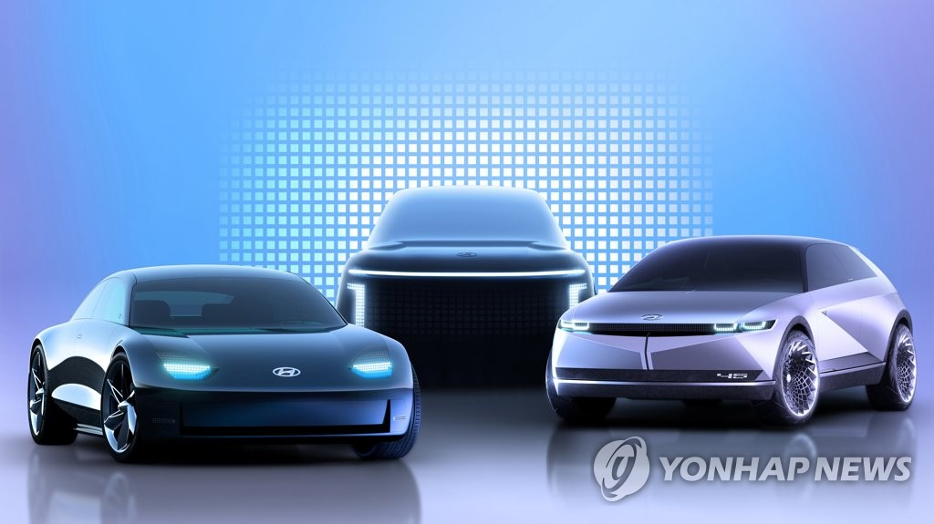"""资料图片:现代汽车8月10日表示,公司敲定旗下电动汽车专属品牌名为""""IONIQ""""。图为将于明年面市的IONIQ3款不同车型,左起依次是IONIQ 6、IONIQ 7、IONIQ 5。 韩联社/现代汽车供图(图片严禁转载复制)"""