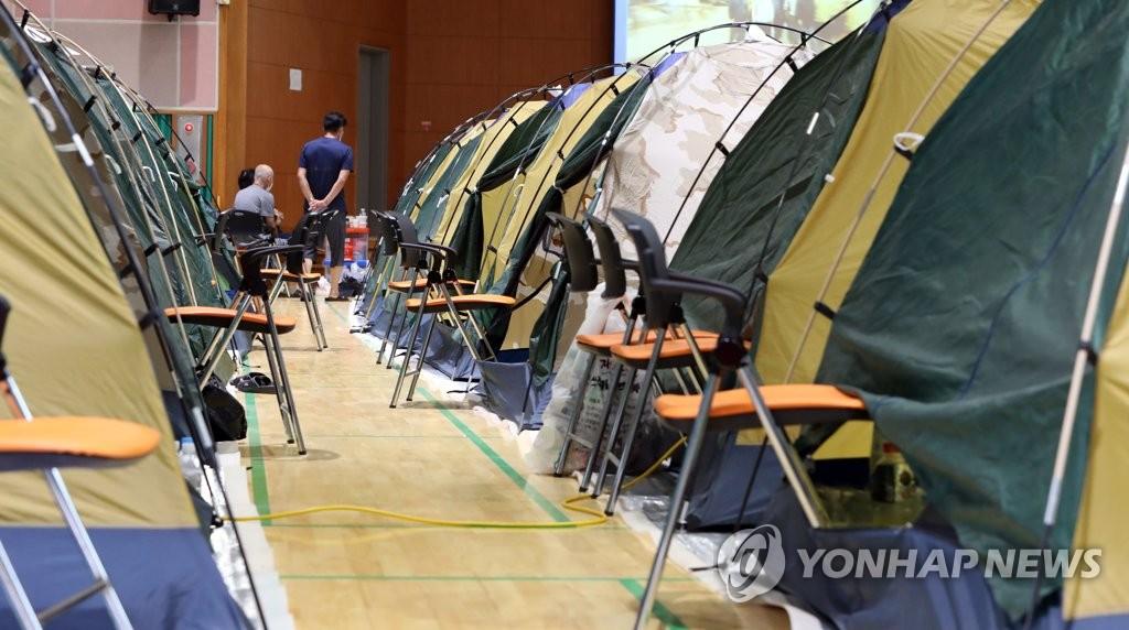 资料图片:8月10日,全罗南道求礼郡灾民被安置在求礼郡内一所学校的大礼堂。 韩联社