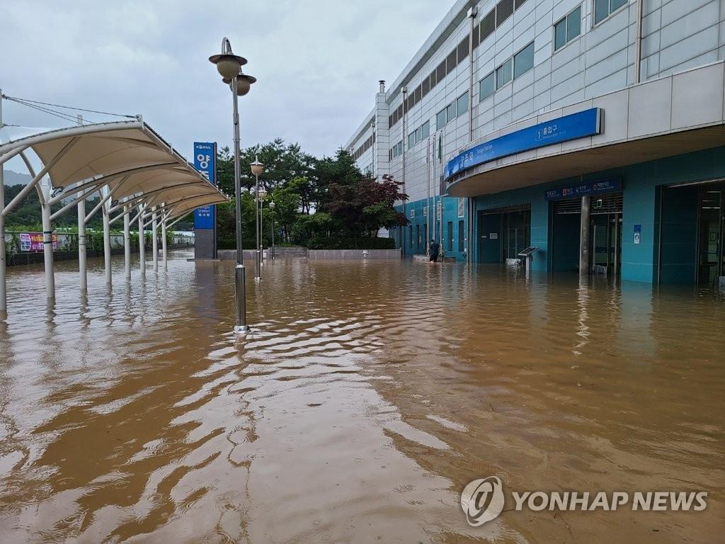 资料图片:8月10日下午,位于京畿道杨州市的杨州地铁站被水淹没。 韩联社/读者供图(图片严禁转载复制)