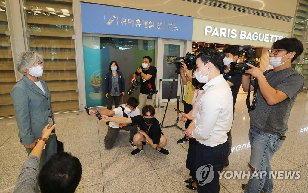 8月11日,在仁川国际机场,康京和接受记者采访。 韩联社