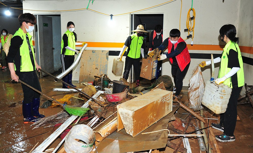 中国留学生帮助灾后重建