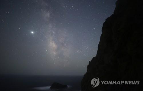 繁星缭绕的独岛夜空