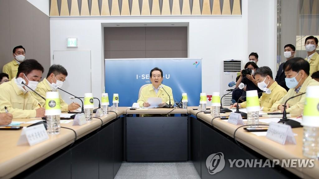 8月17日,在首尔市政府办公楼,国务总理丁世均(中)主持召开中央灾难安全对策本部会议。 韩联社