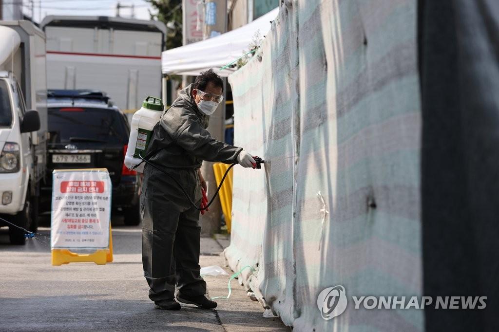 资料图片:8月17日下午,在首尔城北区爱第一教会,防疫工作人员进行防疫消毒作业。 韩联社