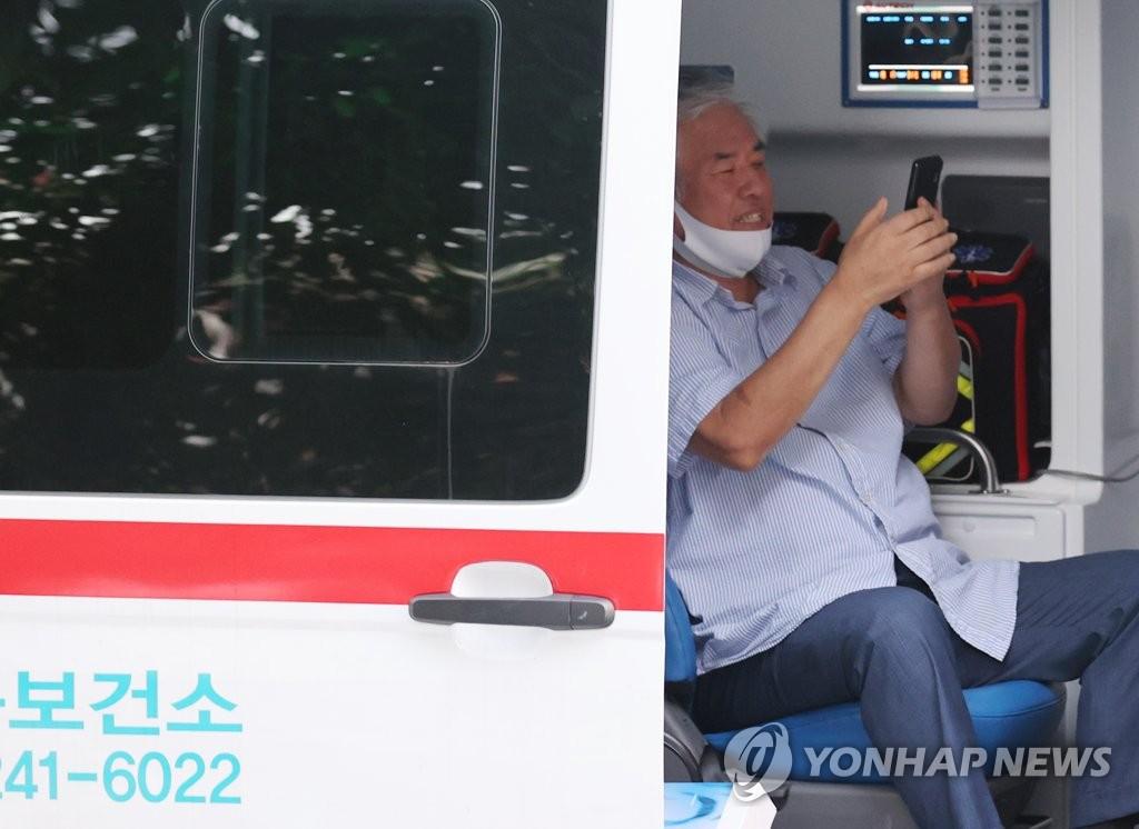"""资料图片:8月17日下午,首尔城北区""""爱第一""""教会牧师全光焄确诊感染新冠病毒后乘坐辖区卫生站车辆被移送至医院。 韩联社"""
