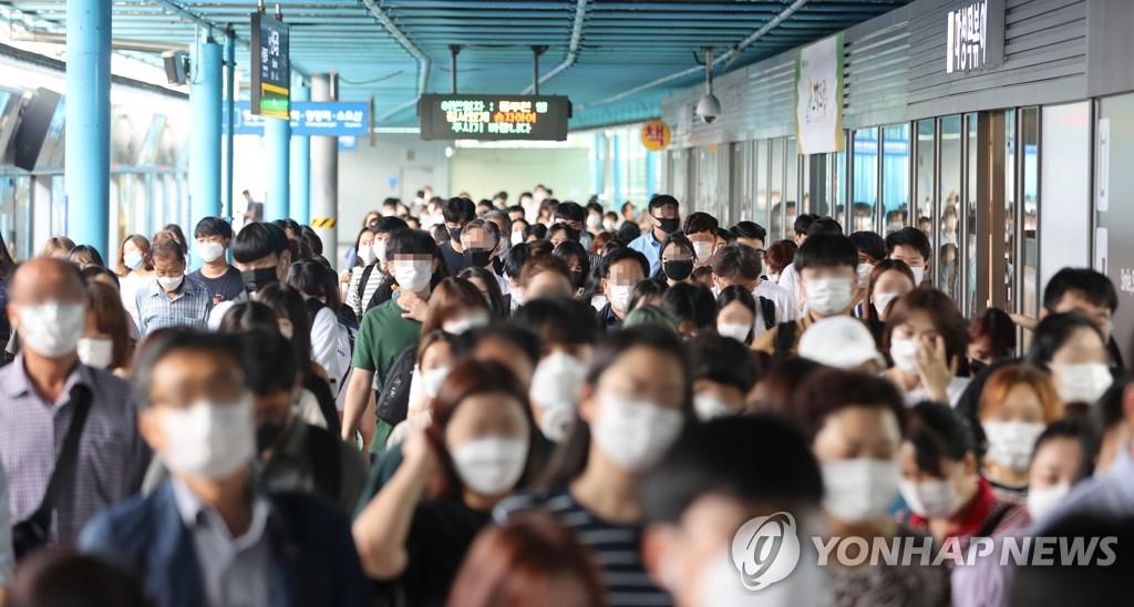 8月18日上午,在首尔地铁1、2号线新道林站,在韩国首都圈新型冠状病毒(COVID-19)疫情持续发酵的情况下人们无一例外地佩戴口罩。 韩联社
