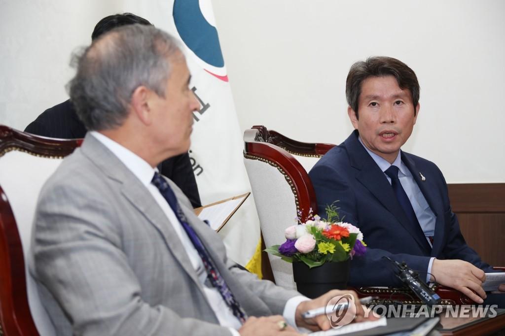 韩统一部长官李仁荣会见美国大使哈里斯