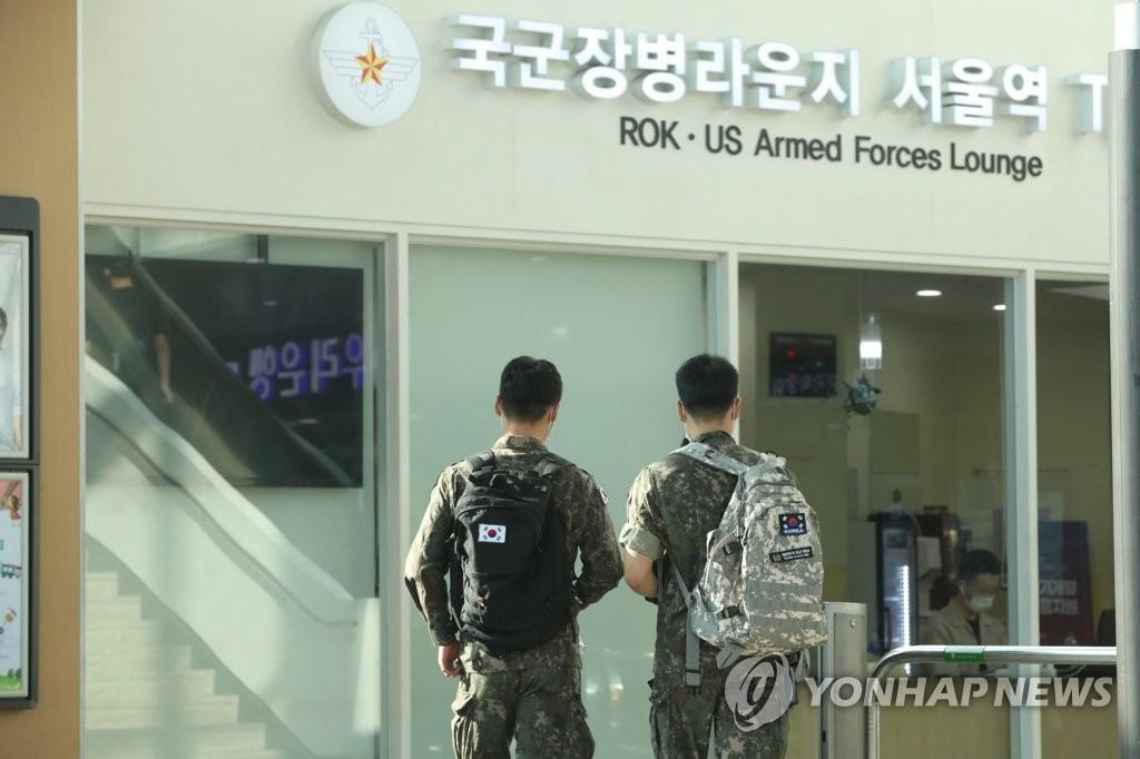 资料图片:前往首尔火车站的士兵 韩联社