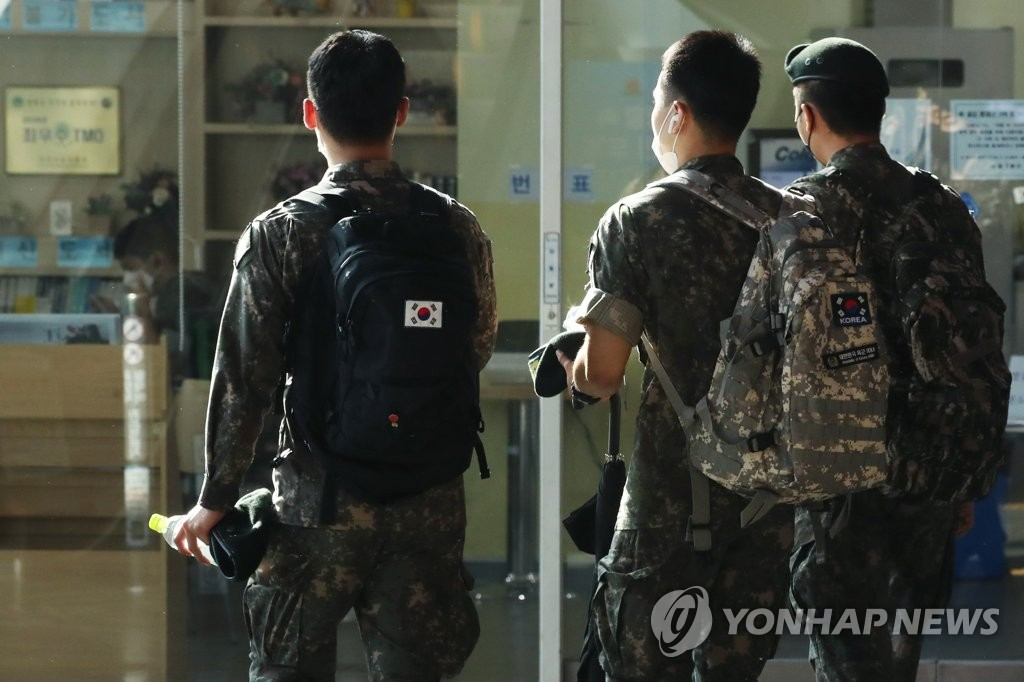 资料图片:8月18日,官兵们在首尔火车站等候列车。 韩联社
