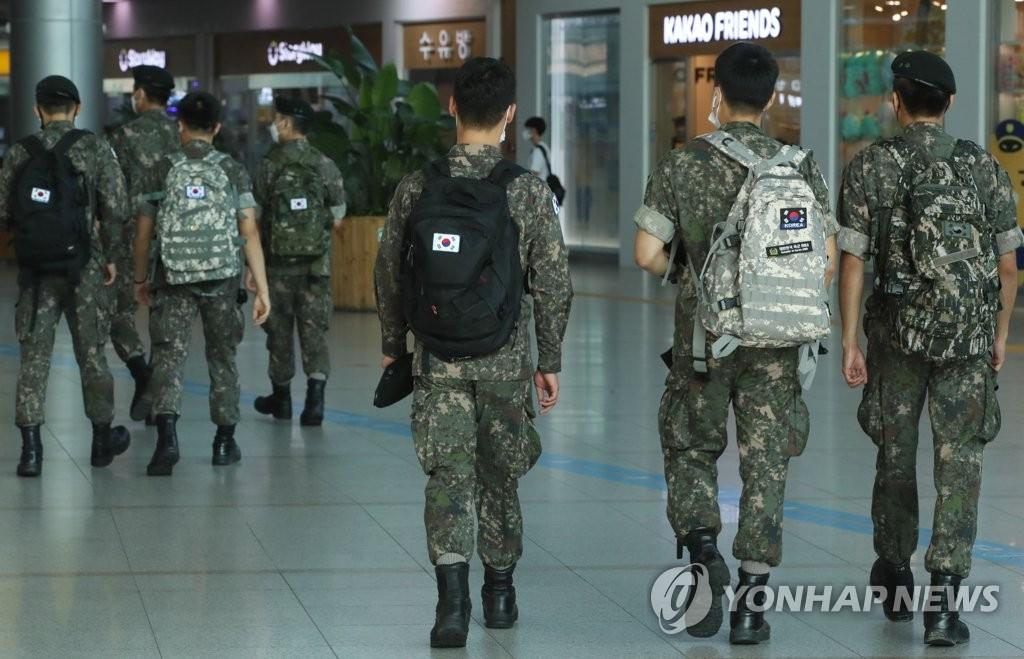 韩军将上调部分部队营内防疫级别至月底