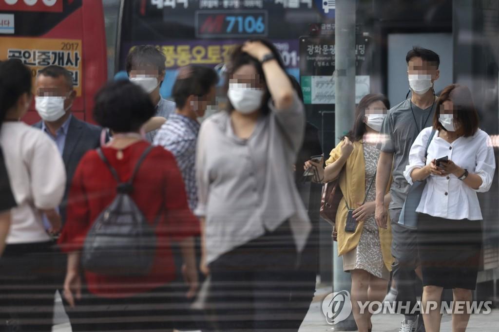 资料图片:8月19日,在首尔市钟路区的一街道,市民无一例外地戴着口罩。 韩联社