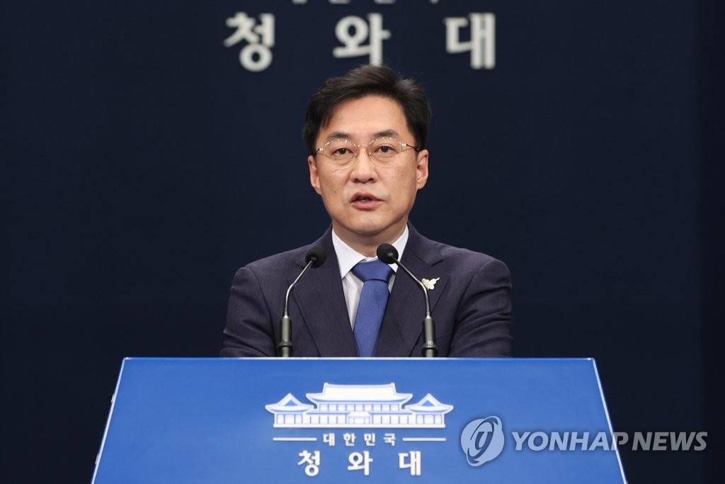 8月19日,在青瓦台,总统府发言人姜珉硕发布杨洁篪访韩消息。 韩联社