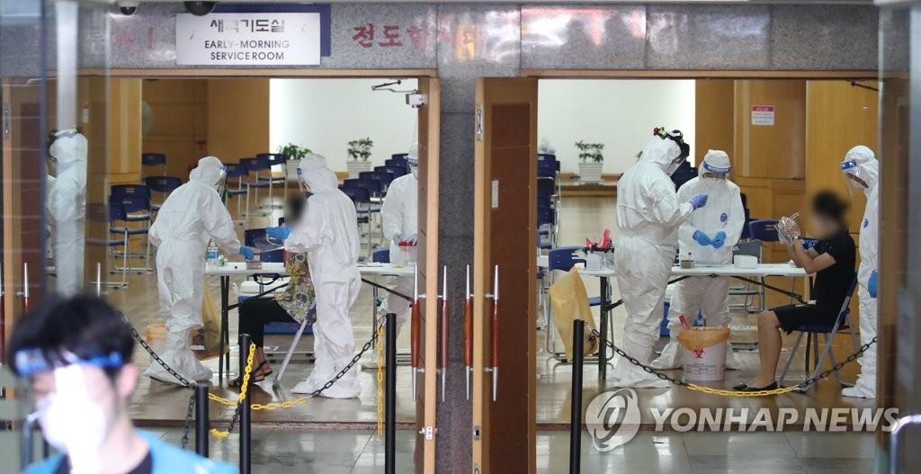 资料图片:繁忙的医务人员 韩联社