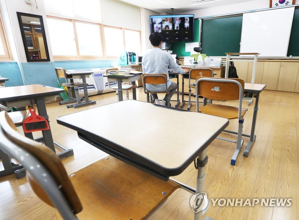 资料图片:一名老师正在线上授课。 韩联社