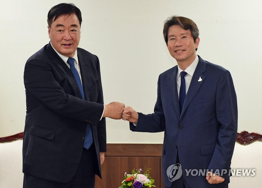 韩国统一部长官李仁荣会见中国驻韩大使邢海明