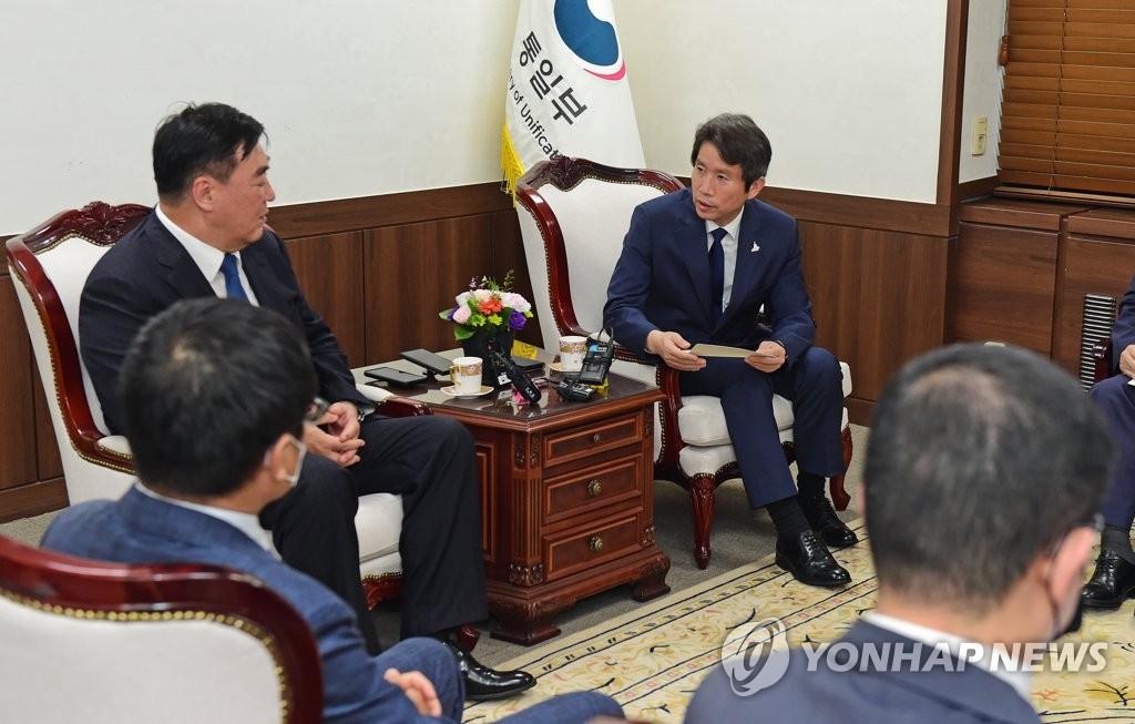 8月19日,韩国统一部长官李仁荣(右)在中央政府首尔办公大楼会见中国驻韩大使邢海明。 韩联社
