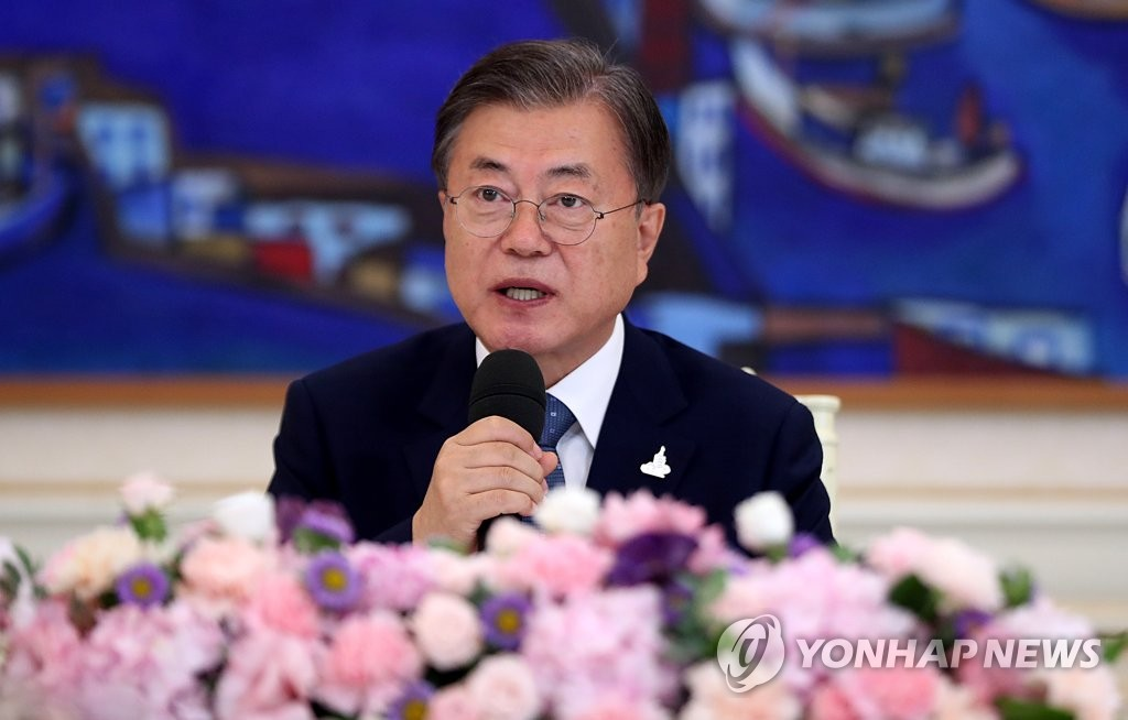 8月20日,韩国总统文在寅邀请天主教领导人在青瓦台举行午餐座谈会。 韩联社