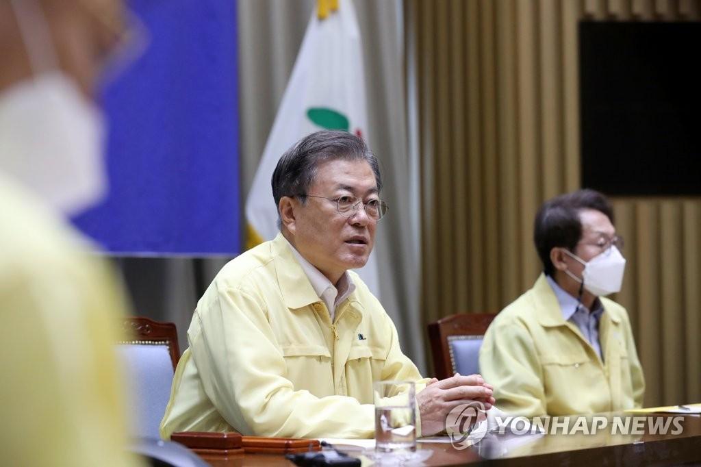 8月21日,在首尔市政府,文在寅(右二)检查防疫情况。 韩联社