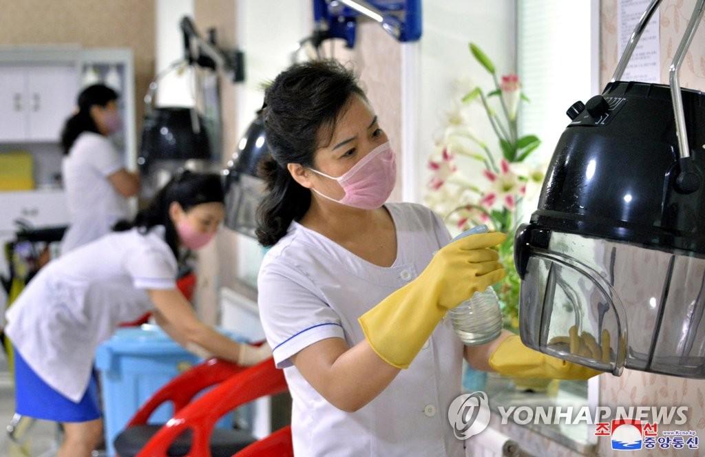 资料图片:据朝中社8月21日报道,朝鲜养老院和大众浴池等地扎实开展预防性工作。 韩联社/朝中社(图片仅限韩国国内使用,严禁转载复制)