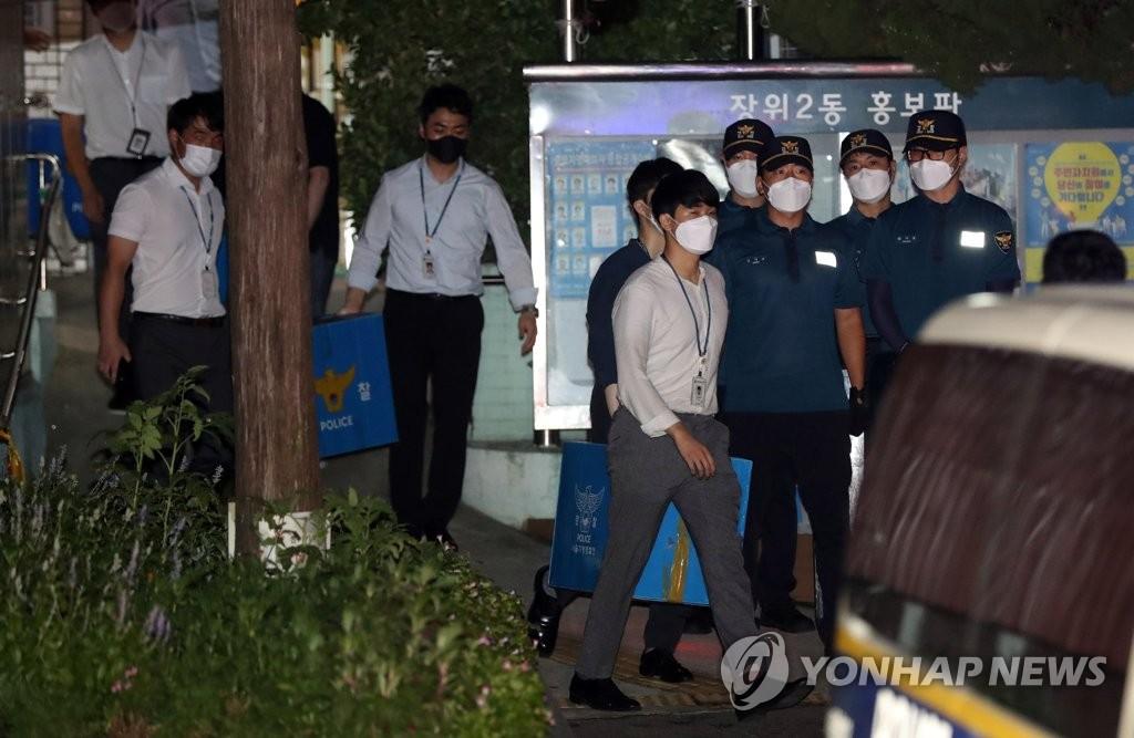 """资料图片:8月22日,在位于首尔市城北区的""""爱第一""""教会,警察结束搜查后离开。 韩联社"""