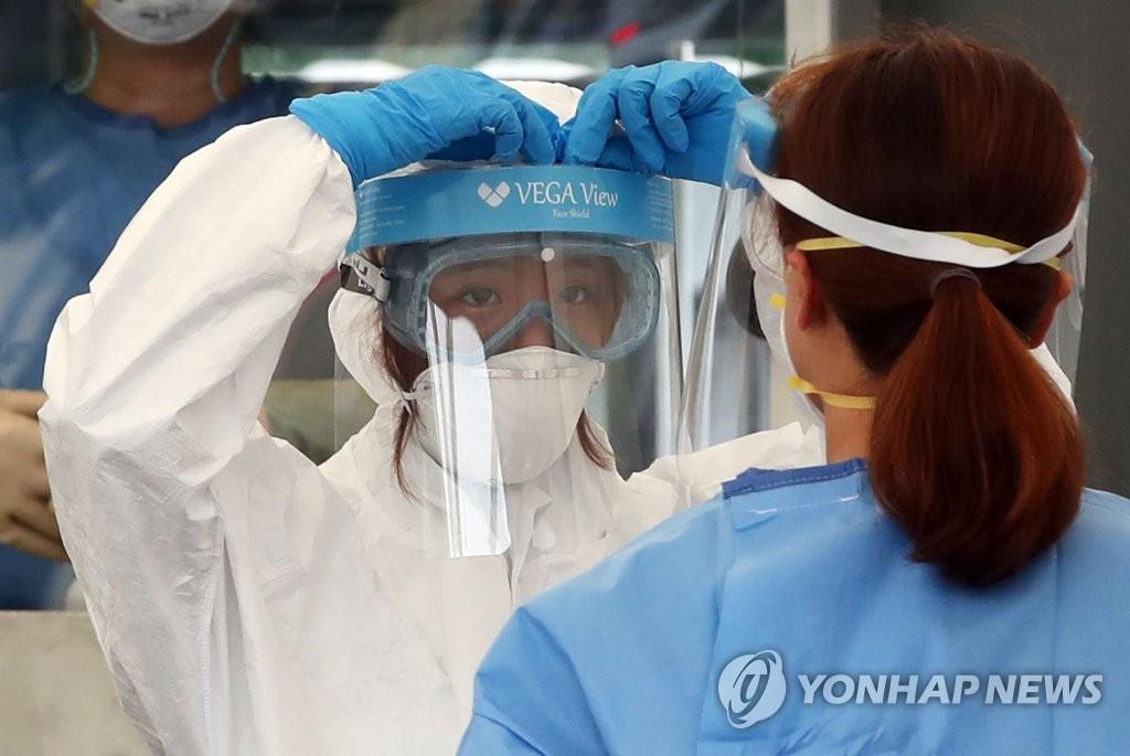 资料图片:周末无休的医护人员 韩联社