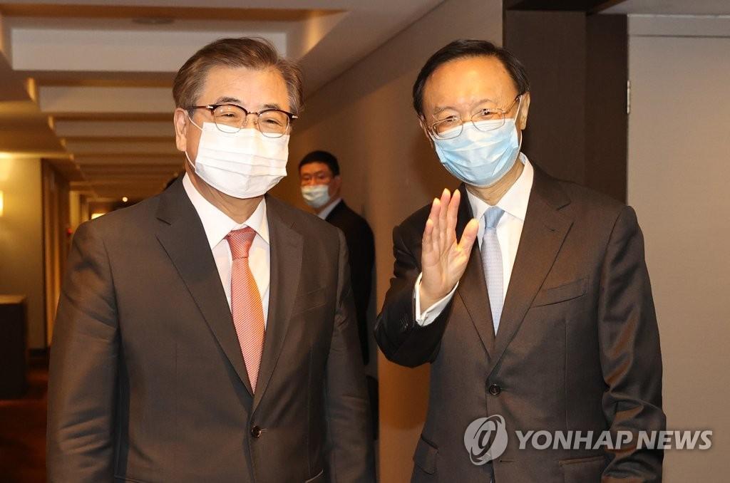 8月22日,在釜山威斯汀朝鲜酒店,韩国青瓦台国家安保室室长徐薰(左)和中共中央政治局委员、中央外事工作委员会办公室主任杨洁篪在会谈结束后答记者问。 韩联社
