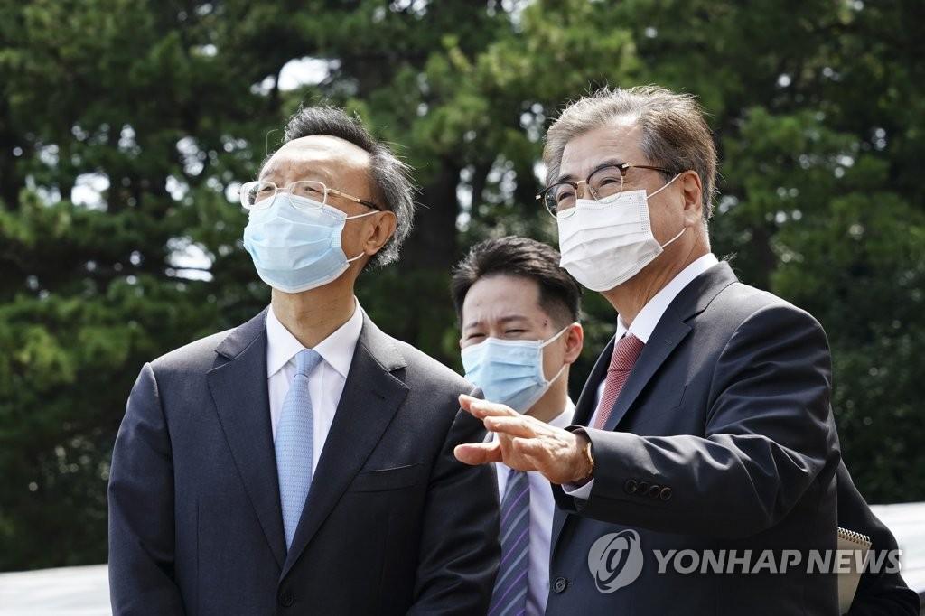 资料图片:8月22日,在首尔威斯汀朝鲜酒店,杨洁篪(左)与国家安保室长徐薰交谈。 韩联社