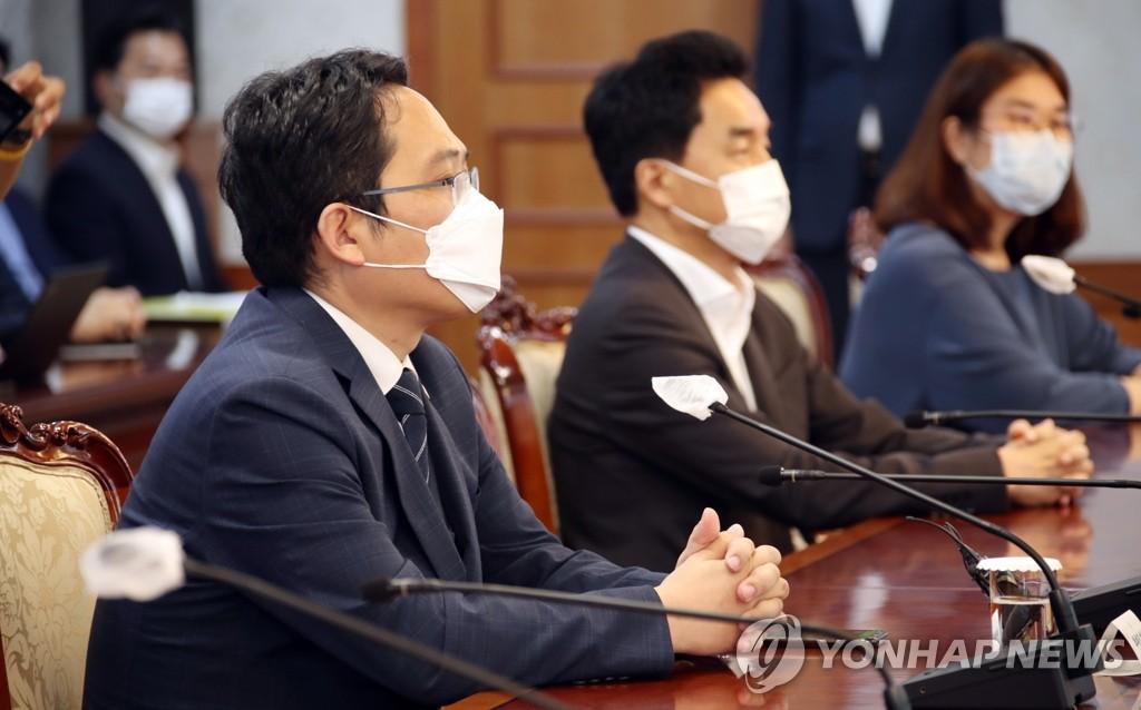 8月24日,在中央政府首尔办公楼,崔大集(左一)同政府对话。 韩联社