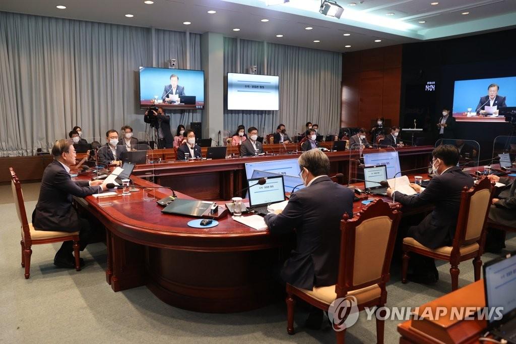 8月24日,在青瓦台,总统文在寅(左)主持幕僚会议。 韩联社
