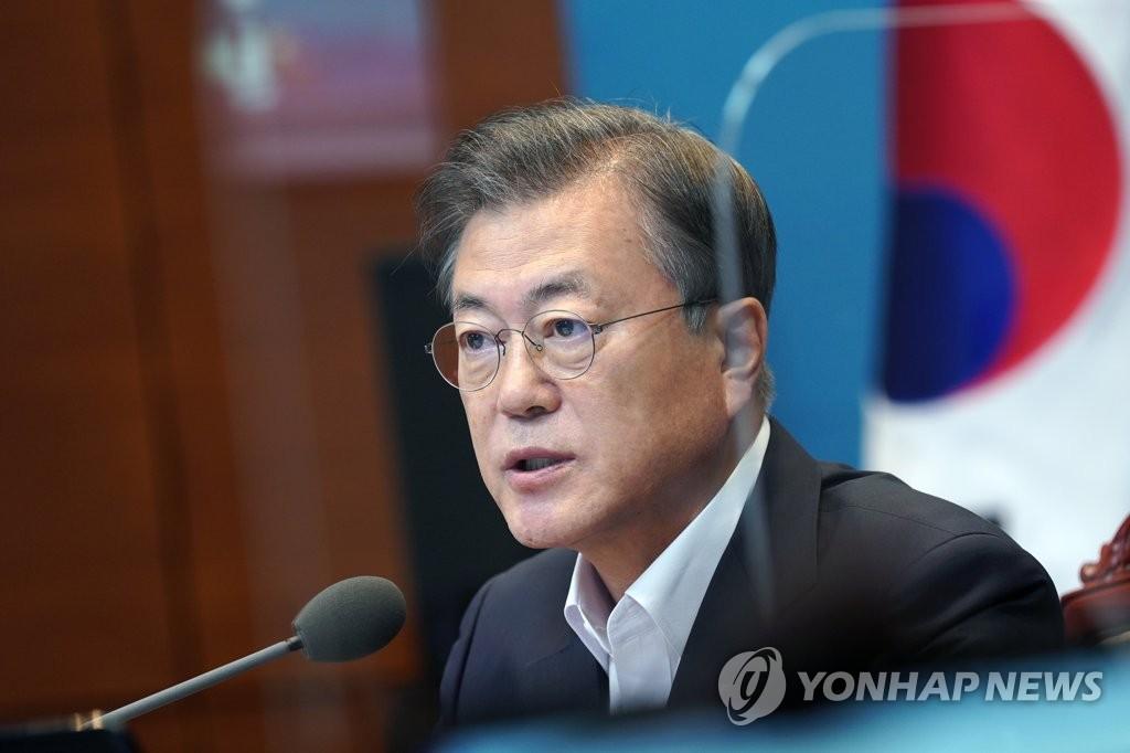 8月24日,在青瓦台,总统文在寅主持幕僚会议。 韩联社