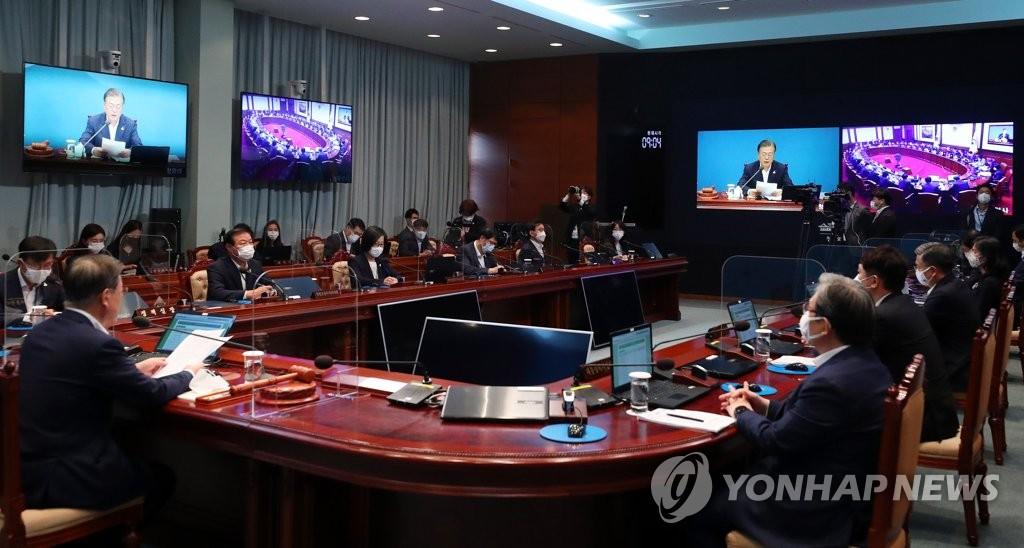8月25日,在青瓦台,文在寅(左一)主持召开国务会议。 韩联社