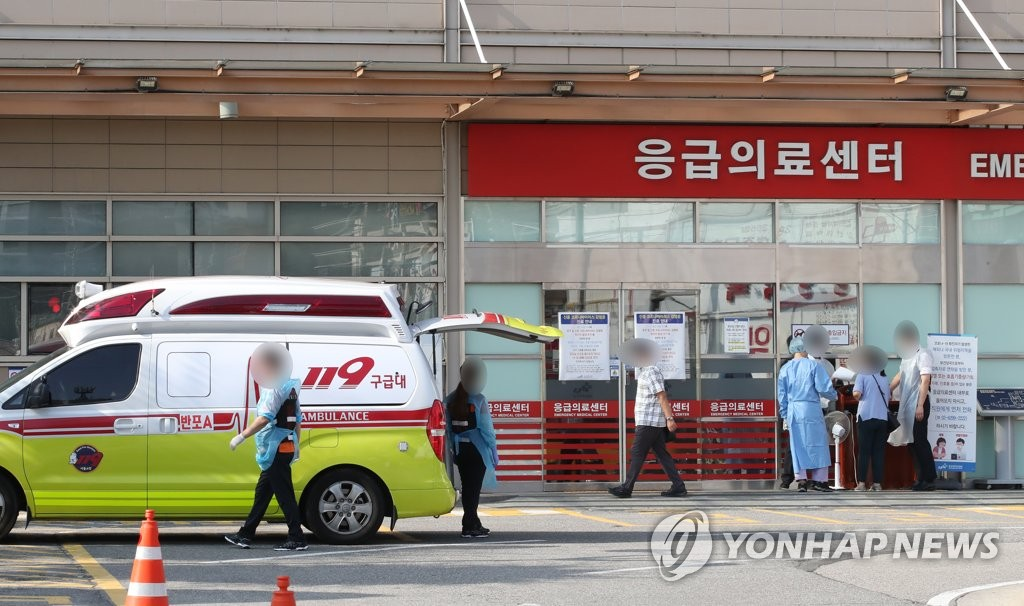 8月26日,在首尔一医院急诊室门口,一辆救护车正在待命。韩国医界当天开启二次罢诊。 韩联社